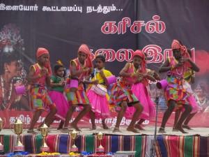 Eine Gruppe Kinder mit farbenfrohen Kostümen beim Tanzwettbewerb, für die es dann später die Pokale vor der Bühne gab.