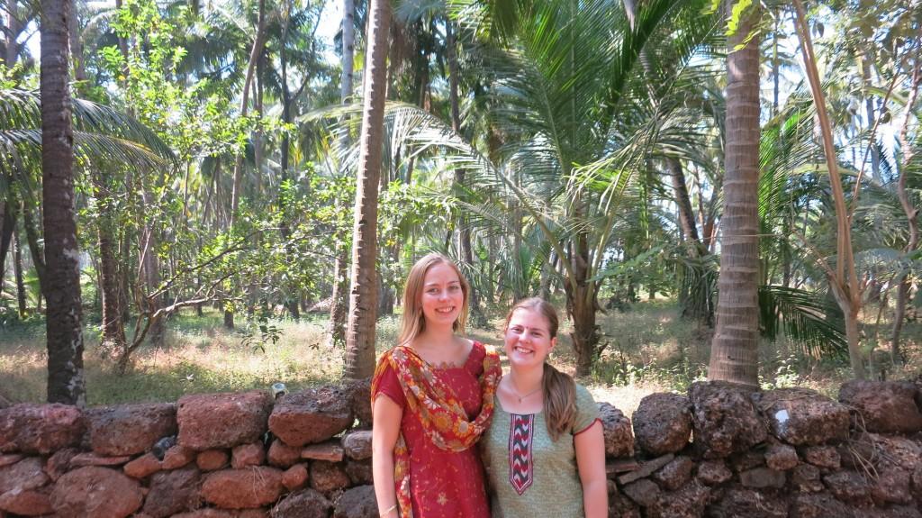 Viele Grüße von uns beiden aus dem ersten großen Urlaub! Hier stehen wir in Goa unter einem Meer aus Palmen :)