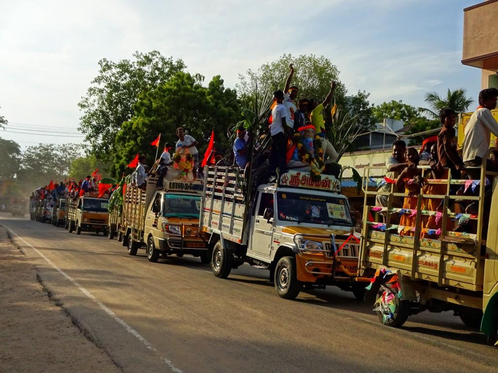 Beim einem Fest zu Ehren des Hindu-Gottes Ganesh gab es große Festlichkeiten und Autos voller Menschen