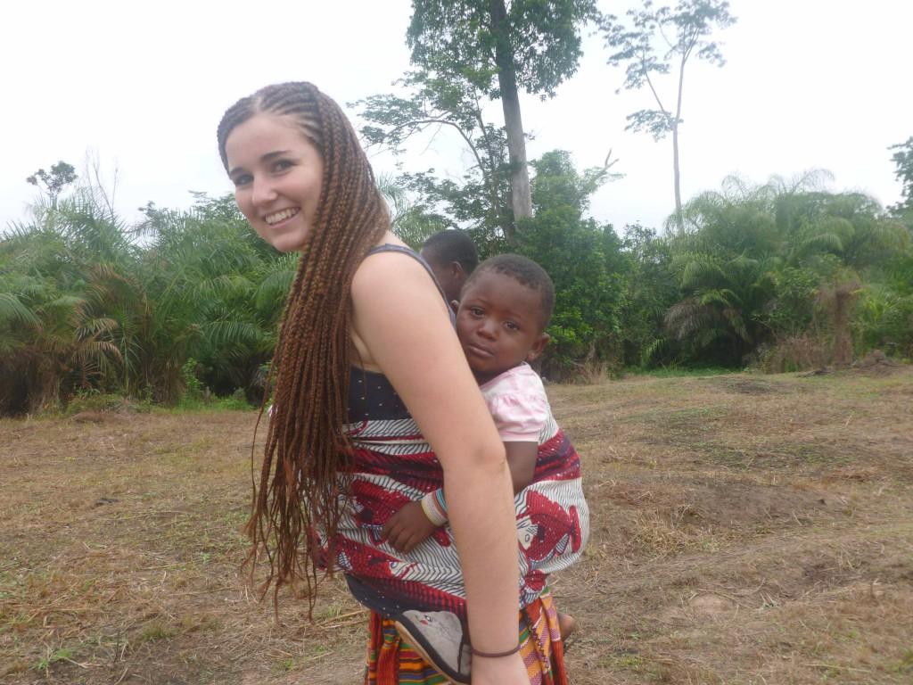 viele Frauen arbeiten mit Baby auf dem Rücken - ob auf dem Markt, zu Hause oder auf dem Feld