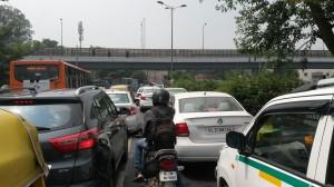 Strassenverkehr in Delhi
