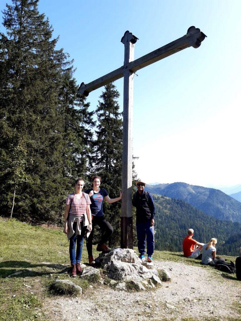 Stolze Bergsteiger am Gipfelkreuz