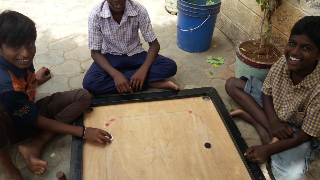 Kinder beim Charom spielen