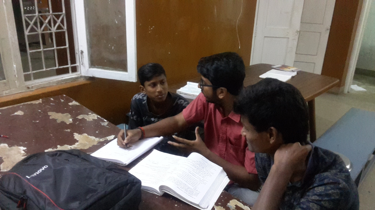Ein Student gibt Kindern Nachhilfe