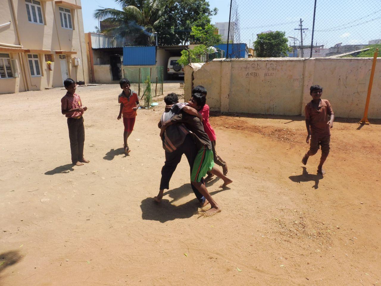 Kabaddi spielende Kinder