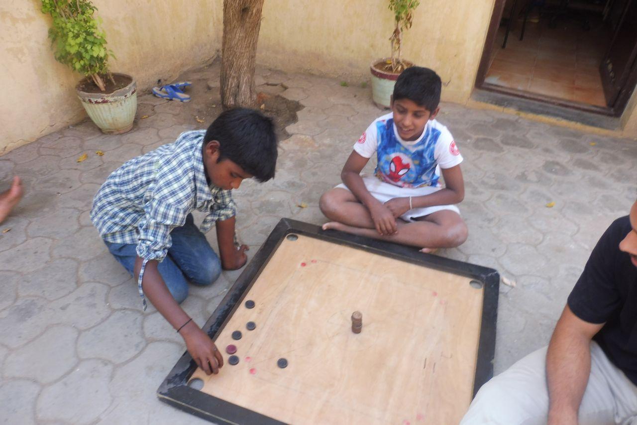 Kinder spielen Carrom