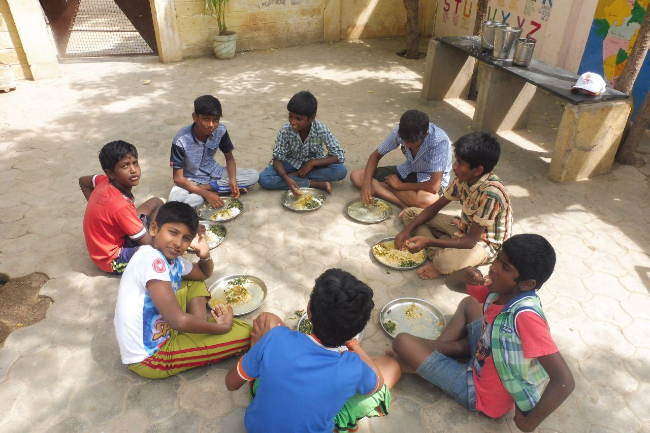Die CWC - KIds beim Mittagessen